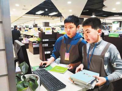 """郑州外国语中学开展""""我是图书管理员""""社会实践活动"""