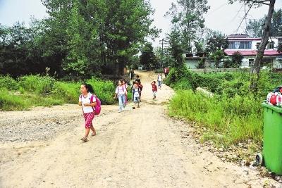 孩子们上学行路难