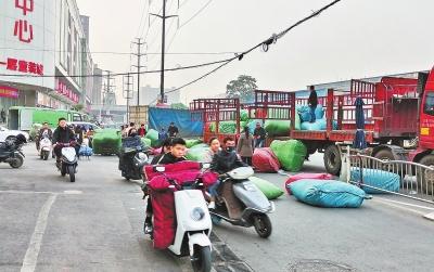 马路成了卸货站 来往车辆行路难