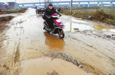坑洼积水多 道路盼修缮