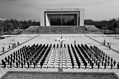 我省深切悼念新冠肺炎疫情牺牲烈士和逝世同胞 王国生尹弘刘伟和干部群众集体默哀