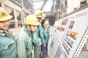 10月23日,开封市延寿寺社区干部用黑板报的形式,向居民宣传