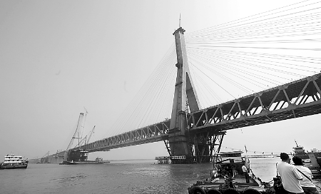 是目前世界上跨度最大的公铁两用斜拉桥