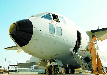 一架美国捐赠的军用飞机停在阿富汗首都