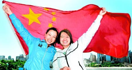 """郑洁,李娜(右)与国旗合影. 新华社发   """"世界前5,为什么不呢?"""