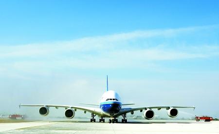 a380飞机降落后经过喷水门.新华社发