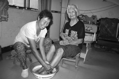 公公给儿媳妇洗脚小说