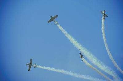 精准多变的编队飞行带给观众丰盛的视觉享受.