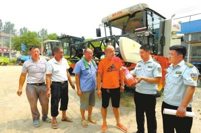 """宁陵县农机局农机监理人?#20493;?#23548;""""三夏""""农机安全生产准备工作"""