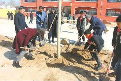 农业银行滑县支行开展植树活动