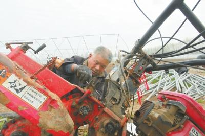 ?#22659;?#24425;中原春潮涌】修好农机好干活