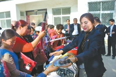 台前县捐赠衣物送温暖