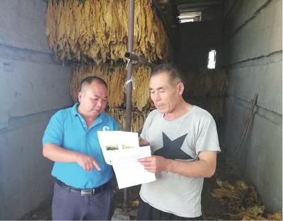 服务队帮助烟农解决烘烤问题