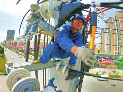 西平县供电公司:炎炎烈日施工忙