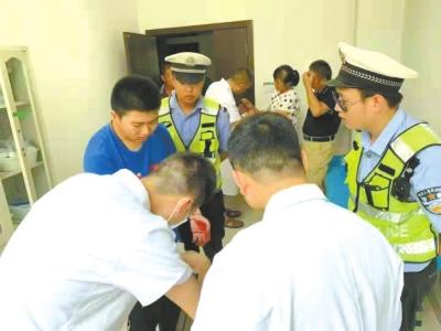 邓州市交警护送少年进行救治