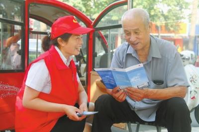 温县农信联社青年志愿者宣传普及金融知识