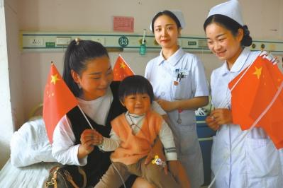 医护人员与患者共同庆祝祖国生日