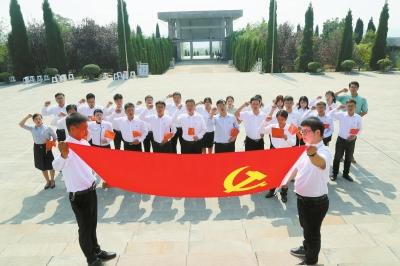 党员在烈士陵园重温入党誓词