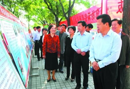 许昌市举办了人口计生系统宣传活动一条街.许昌市四大班子有关