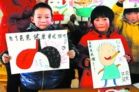 内乡县幼儿园的小朋友们在老师的指导下给
