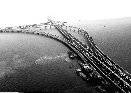 此前,青岛东西海岸被胶州湾天然隔断,轮渡交通常因大风,大雾停航