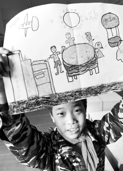 9月26日,中秋节临近,合肥市南七街道新华社区开展中秋画相思活动。 辖区内的留守儿童通过画笔向在外地打工不能回家团圆的父母表达思念之情。 (据新华社) 相关链接 大一新生作古诗向父母寄相思 2010年的中秋节,自幼习惯写古体诗寄托感情的武汉科技大学新生小莫,写了《月舞中秋寄双亲》古体诗,在寄给十几年来自认为不解风情的父母后,却把父母连同自己都感动得一塌糊涂。