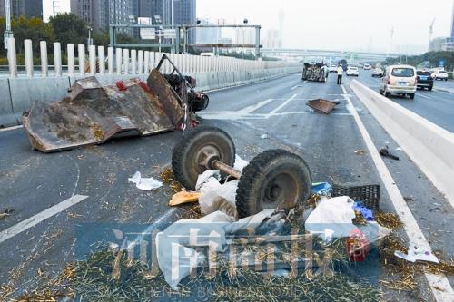 高架桥上出车祸 瓜车彻底散架