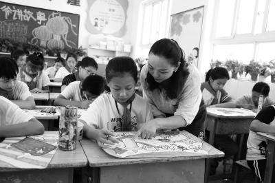 她教数学、语文、美术还刷墙漆、漆黑板、修桌椅……