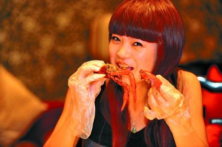 这里的虾正宗味鲜 br\/ 连淑女也不管不顾