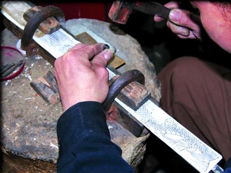 """为此,参观后的人们无不感叹地说:""""手工制作棠溪宝剑真的好难,好难啊!"""