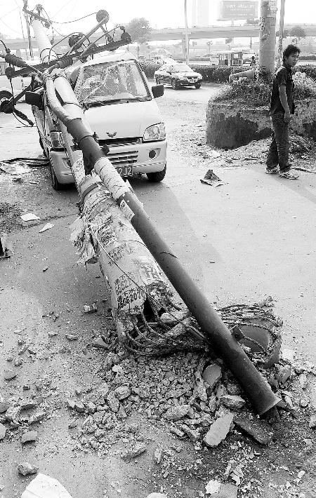 厢货停下了,但被撞击后的电线杆倒了,这次遭殃的是一辆五菱面包车.