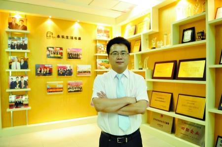 丁宁身后的荣誉墙代表着河南永乐曾经的光荣和未来的梦想   商报