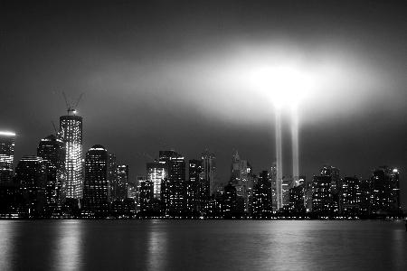 象征美国纽约世贸中心双塔大厦的灯柱在