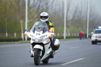 郑州开封3000余名交警、治安警护航马拉松