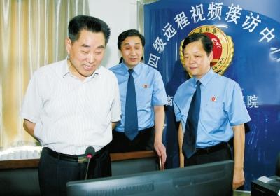 商丘市检察院检察长曹忠良(中)的陪同下对四级远程