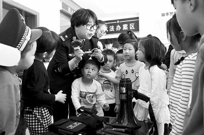 """有些孩子说,父母常以""""警察要抓不听话的孩子""""来吓唬小孩子."""