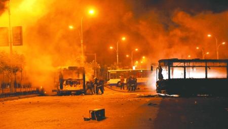 6日凌晨,在乌鲁木齐市大湾南路的跑马场地段,多辆公交车被烧毁
