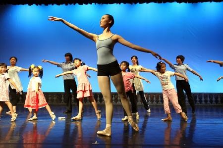 记者宁晓波/图)脚尖上划出七彩音符,舞台上品味芭蕾内涵.
