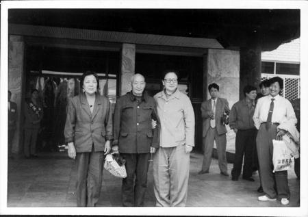 1996年4月30日,李讷(右)在郏县与曹铁夫妇合影 资料图片-开国大