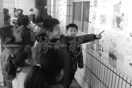 """""""昨日下午,安阳市灯塔路小学教室外的墙壁上贴出了孩子们所有的""""佳作"""""""