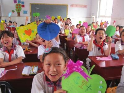 永安街小学学生制作心愿卡传递浓浓情谊