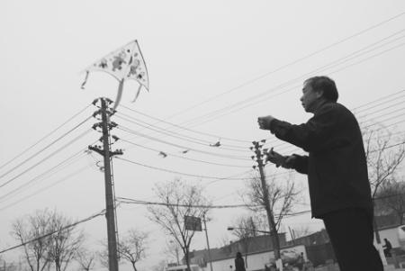 特别容易引起跳闸停电,高压电有可能通过风筝线传输给人体,对放风筝者图片