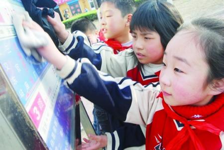 昨日下午,在红旗渠广场附近,安阳市三官庙小学的同学们干得十分起