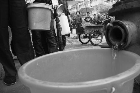 小孩马桶接水