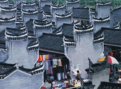 ■凤凰古城没有火车站飞机场,来这里首先要在怀化,张家界,长沙