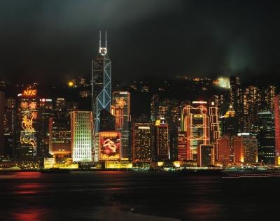 维多利亚港两岸渔火闪闪,香港岛和九龙半岛万家灯火非常迷人,圣诞期间
