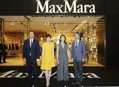 吴秀波,海清与maxmara高层在郑州大卫城店合影