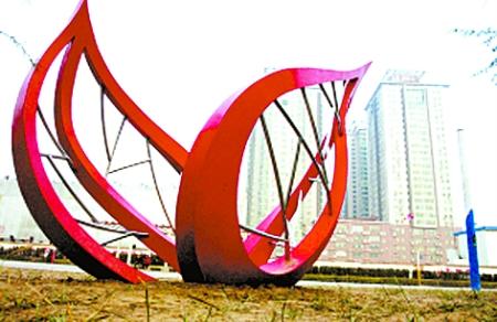 在郑州市儿童公园,一座新的树叶状雕塑展现在人们眼前,为郑州的街头