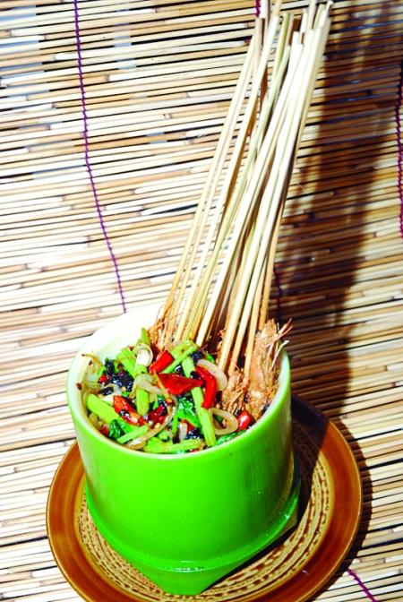 一片翠绿,麦秸秆编织的帘子掩映着雪白的墙面,四处摆放的渔网,竹篓,草