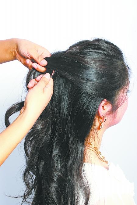 发饰主角:孔雀开屏装饰卡   step1:把头顶的头发倒梳打毛,然后把刘图片